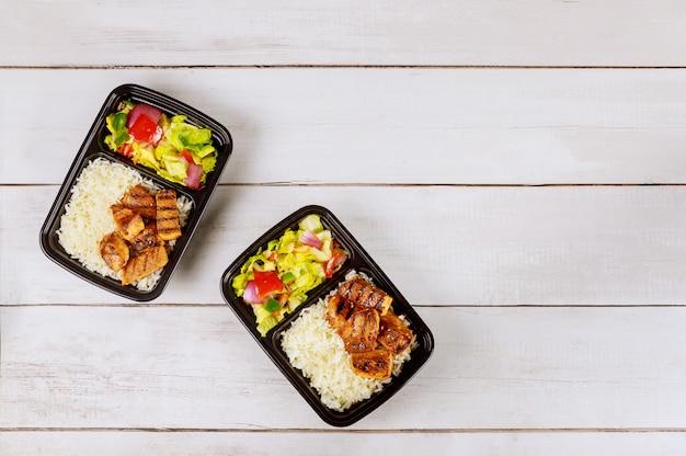 Zwei plastikbehälter mit leckerem essen