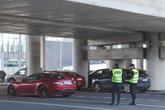 Zwei polizisten bei patrouille auf dem parkplatz