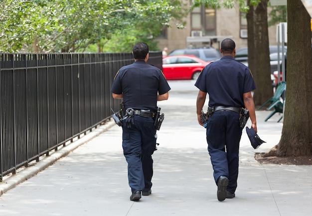 Zwei polizisten von hinten im zentrum von manhattan.