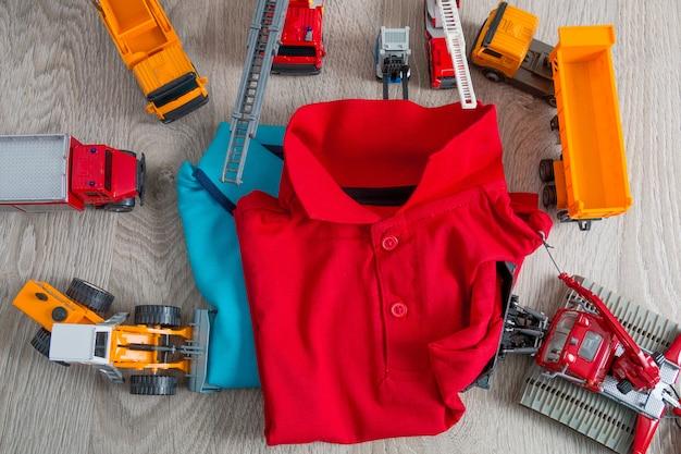 Zwei polo rot und blauer naher satz des autospielzeugs.