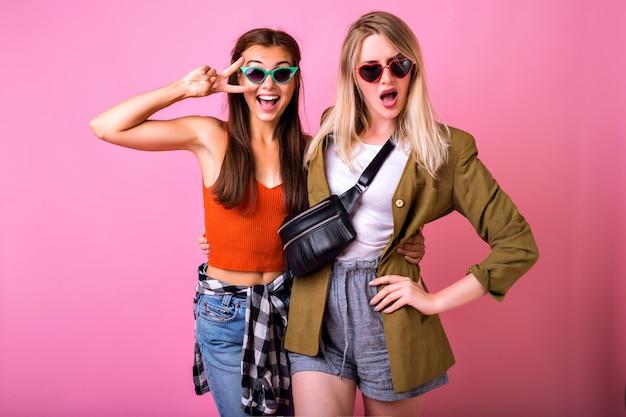 Zwei positive beste freunde, die spaß beim tragen einer sonnenbrille haben