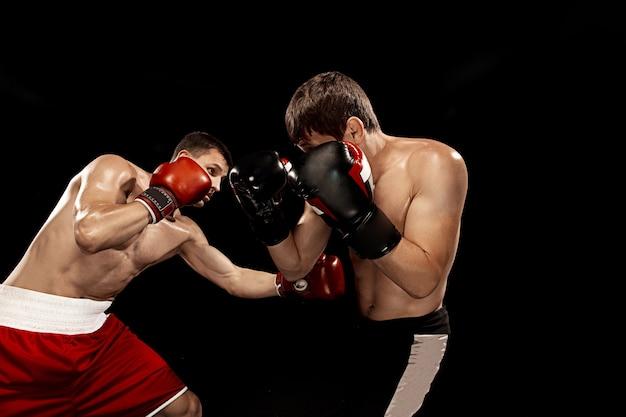 Zwei professionelle boxerboxen an der schwarzen wand