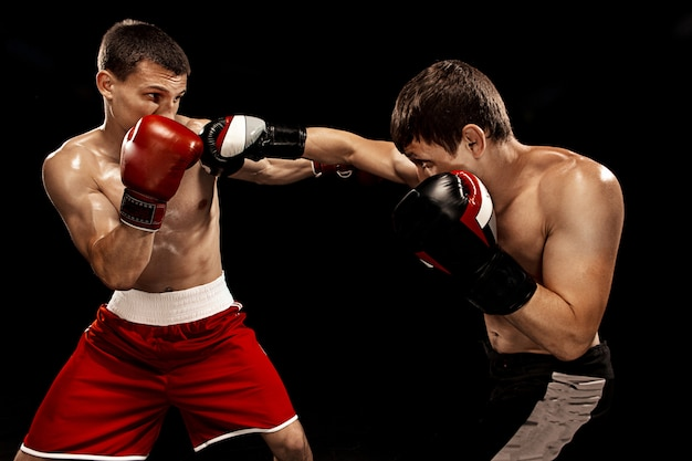 Zwei professionelle boxerboxen auf schwarzem hintergrund,