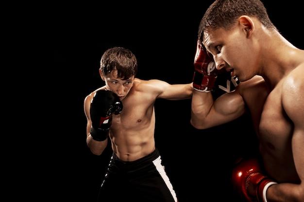 Zwei professionelle boxerboxen auf schwarzraum,