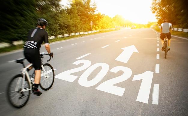 Zwei radfahrer bewegen sich direkt in das jahr 2021