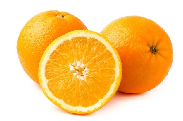 Zwei reife orange und halb auf weiß