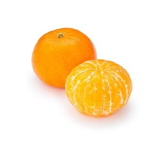 Zwei reife, saftige, appetitliche mandarine, eine ganze, die andere geschält, auf einer weißen