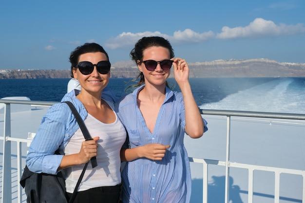Zwei reisende frauen in luxusreisen