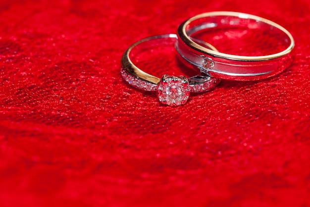 Zwei ringe auf roter seide für hochzeitszeremonie