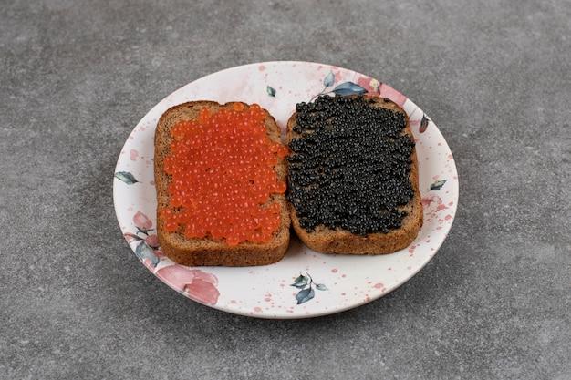 Zwei roggenbrotscheiben mit frischem kaviar. ansicht von oben