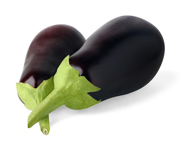 Zwei rohe schwarze auberginen isoliert