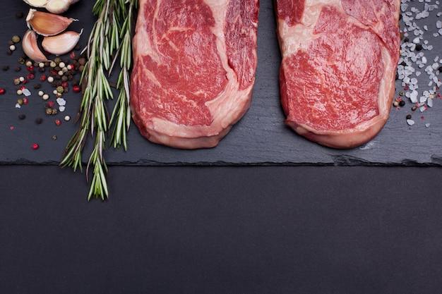 Zwei rohes marmorfleisch, schwarzes angus ribeye steak.