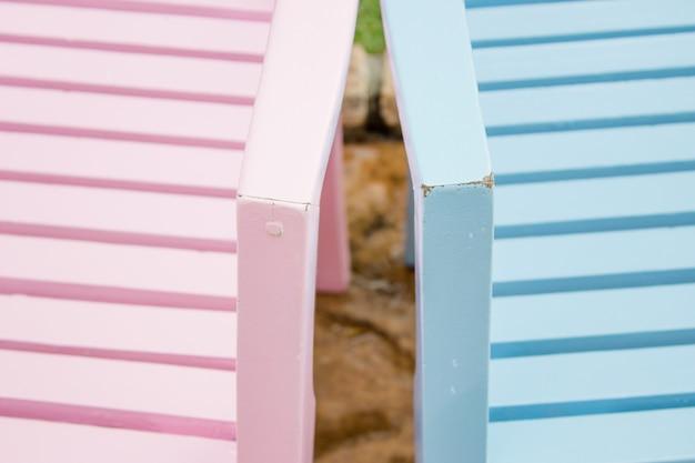 Zwei rosa und blaue stühle