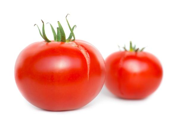 Zwei rote frische tomaten isoliert auf weißem hintergrund