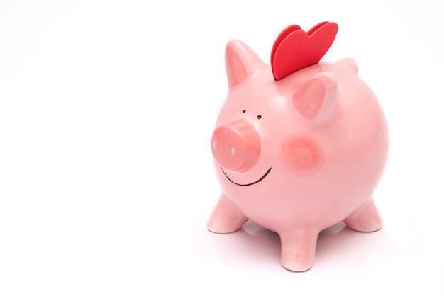 Zwei rote herzen auf einem sparschwein