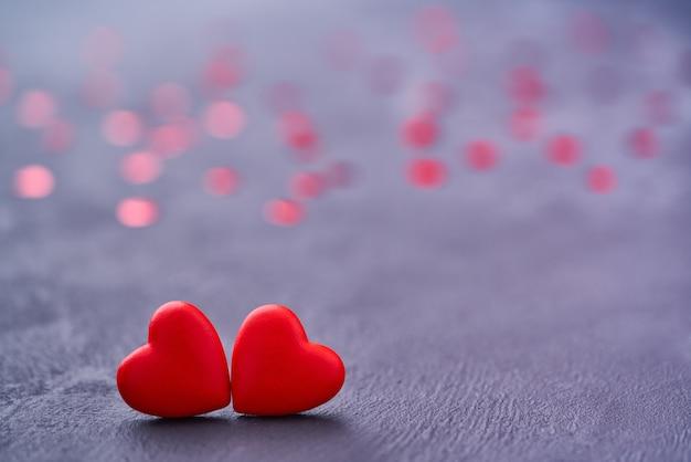 Zwei rote liebesherzen berühren sich. paar rote herzen als symbol der liebe