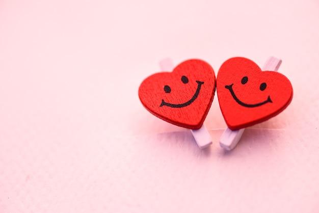 Zwei rotes herz mit lächelngefühl. liebe und valentinstag konzept.