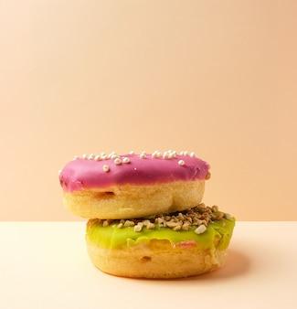Zwei runde donuts mit streuseln