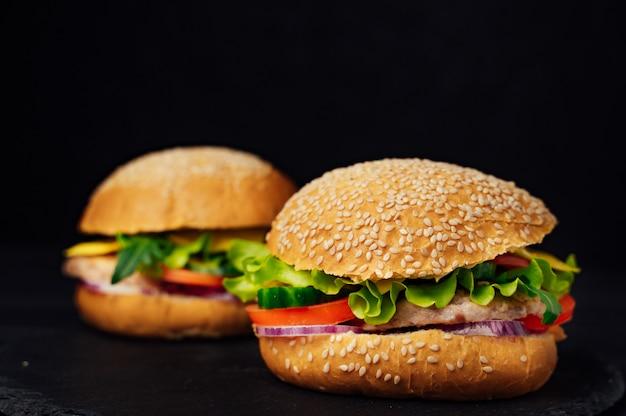 Zwei saftige rindfleischburger mahlzeit. hausgemachte burger mit rindfleisch und frischem gemüse