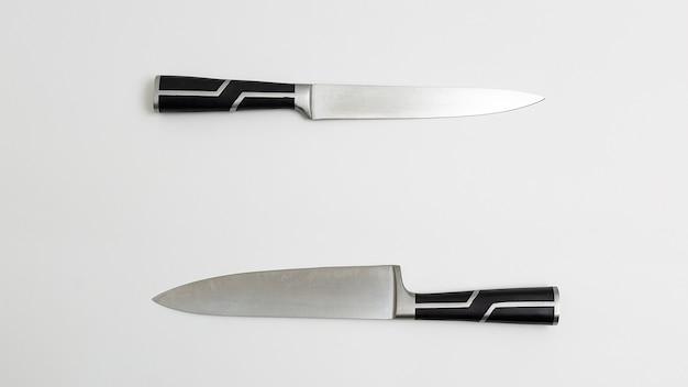Zwei scharfe küchenmesser mit schwarzen griffen
