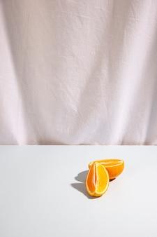 Zwei scheiben orangen auf weißem schreibtisch