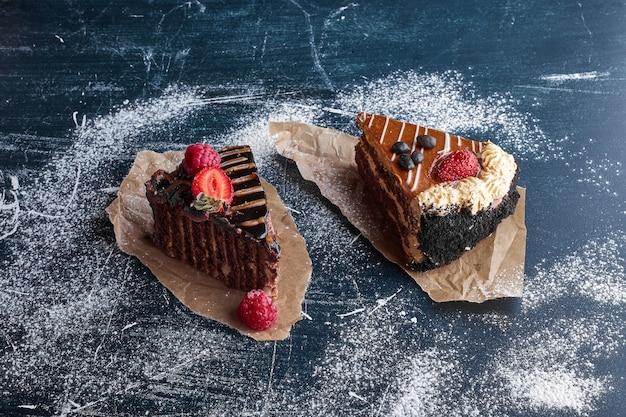Zwei scheiben schokoladen- und karamellkuchen.