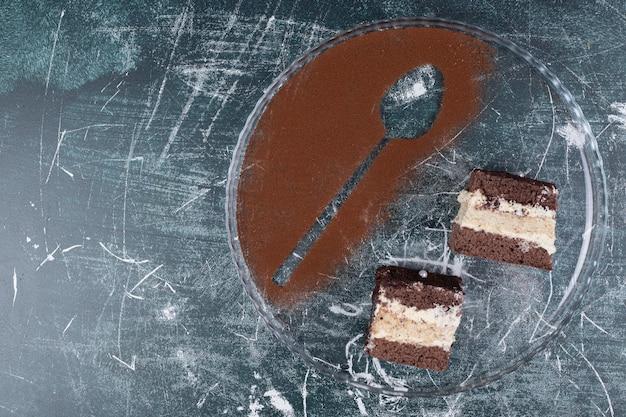 Zwei scheiben tiramisu-kuchen auf blauem hintergrund. hochwertiges foto