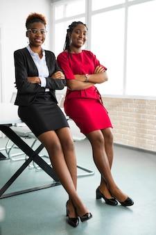Zwei schöne afrikanische junge frauen im büro