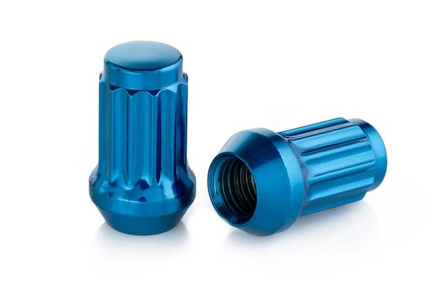 Zwei schöne blaue nüsse für autoräder auf einem weißen hintergrund.