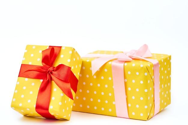 Zwei schöne geschenkboxen hautnah.