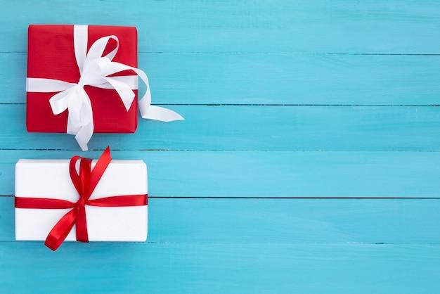 Zwei schöne geschenke auf einem tisch