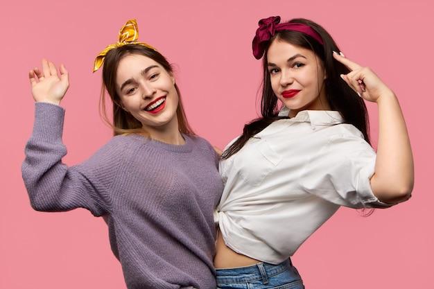 Zwei schöne glückliche teenager-mädchen, die spaß haben