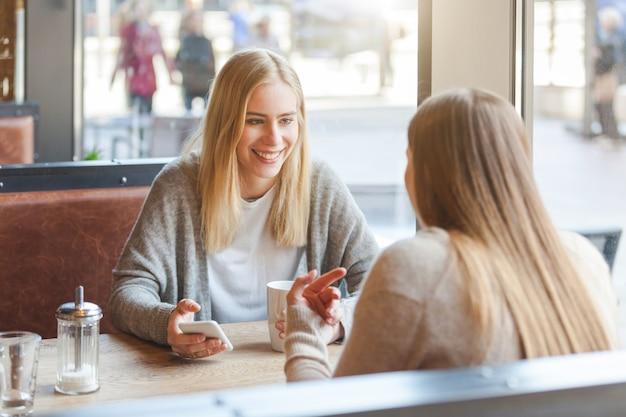 Zwei schöne junge frauen in einem café