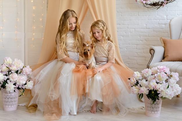 Zwei schöne mädchen mit schönen kleidern