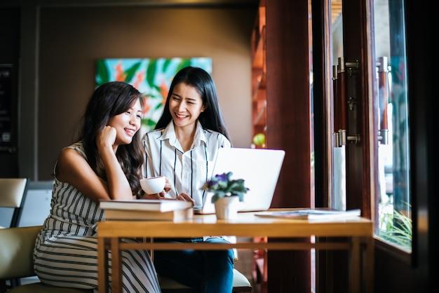 Zwei schönheiten, die zusammen alles am kaffeestubecafé sprechen