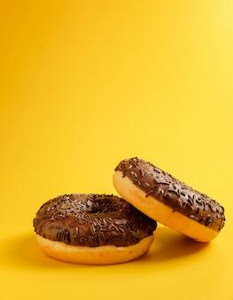 Zwei schokoladen donuts