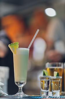 Zwei schüsse tequila und ein paar zitronenstücke.