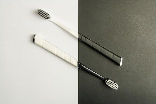 Zwei schwarz-weiße zahnbürsten auf einem monochrom.