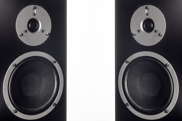 Zwei schwarze hifi-lautsprecherbox in nahaufnahme. professionelle audiogeräte