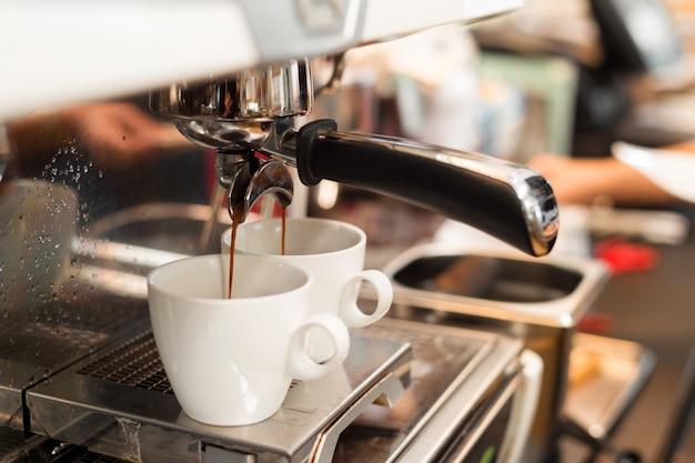 Zwei schwarze kaffeemorgen auf kaffeemaschine