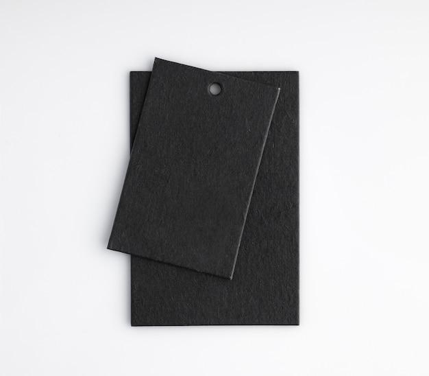 Zwei schwarze preisschilder auf weißem hintergrund