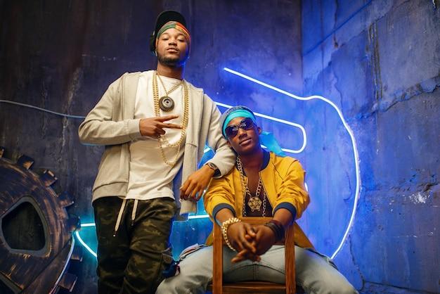 Zwei schwarze rapper, neonlichter