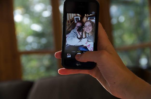 Zwei schwestern, die selfie, see des holzes, ontario, kanada nehmen