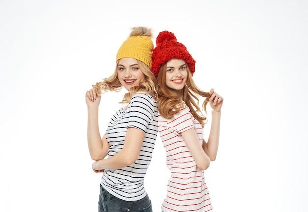 Zwei schwestern modische kleidung mehrfarbige hüte