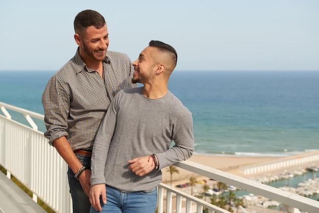 Zwei schwule männer in der liebe, die eine gute zeit haben