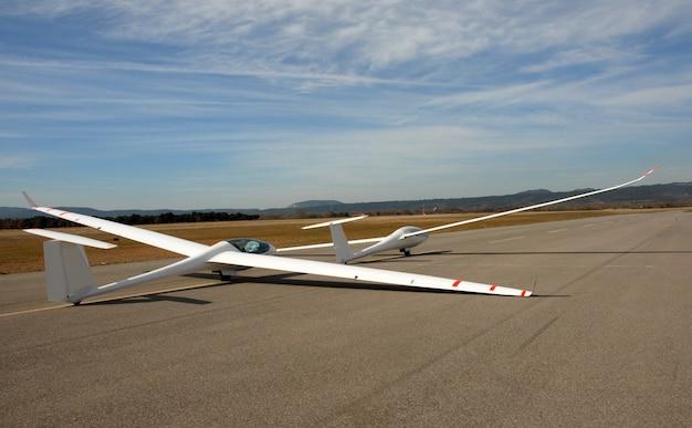 Zwei segelflugzeuge an einem flughafen