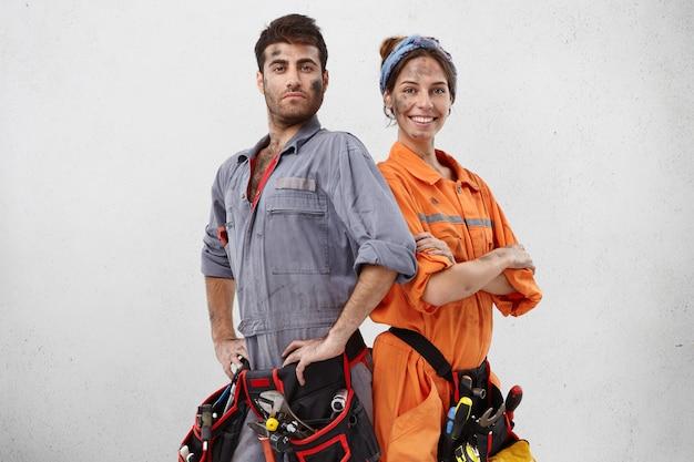 Zwei servicemitarbeiter, die froh sind, sind stolz