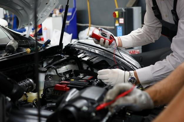 Zwei servicetechniker für die reparatur der verkabelung
