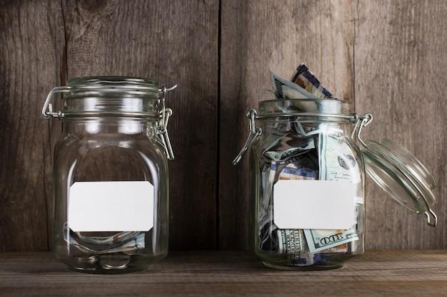 Zwei sparschweine, mit unterschiedlichen geldbeträgen und platz für text