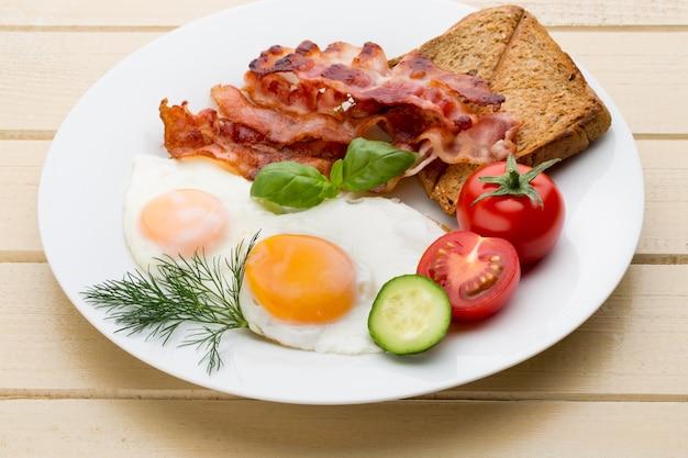 Zwei spiegeleier und speck für ein gesundes frühstück
